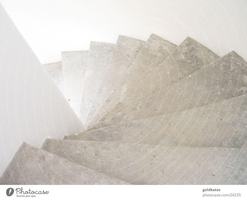 treppab weiß Stein Trauer Treppe Sauberkeit rein fallen Häusliches Leben Verzweiflung tief Sturz Flur abwärts Spirale Treppenhaus
