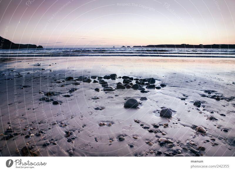 abends am Strand Natur Landschaft Urelemente Sand Wasser Wolkenloser Himmel Felsen Wellen Küste Bucht Riff Meer Atlantik Bretagne Frankreich Klippe Stein Ebbe