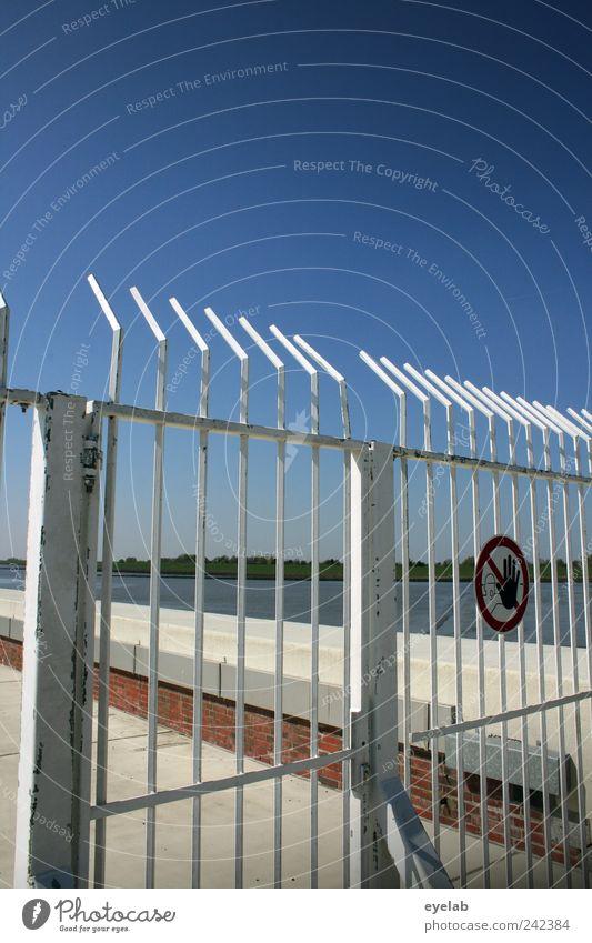 Hier hat der Badespass ein Ende Himmel weiß blau Straße Stein Mauer Wege & Pfade Metall Küste Straßenverkehr Beton Schilder & Markierungen Horizont Verkehr Sicherheit Zeichen