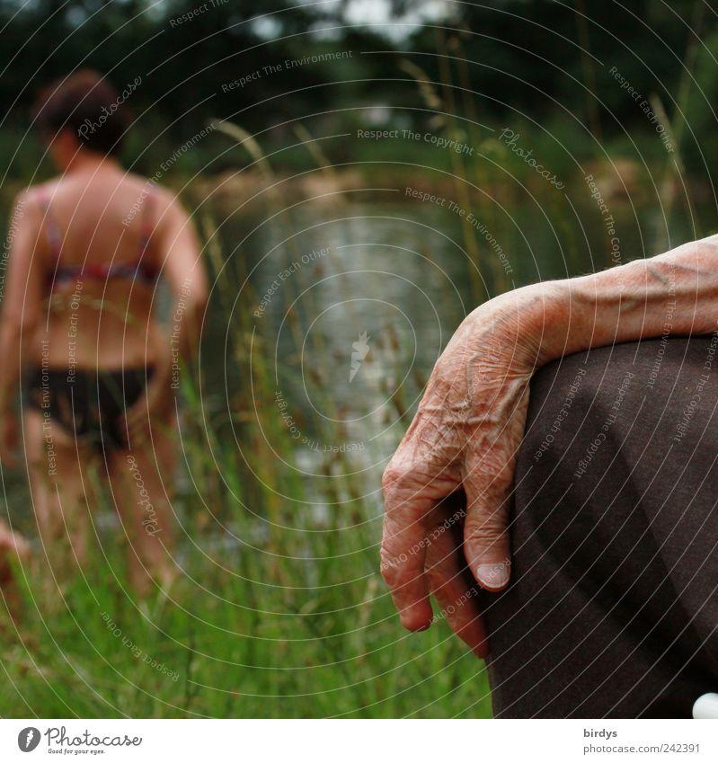 Die Hand einer sehr alten Frau am See mit einer jungen Frau. Zusammensein 2 Mensch 60 und älter Lebensabend Senior Weiblicher Senior Lebenserfahrung