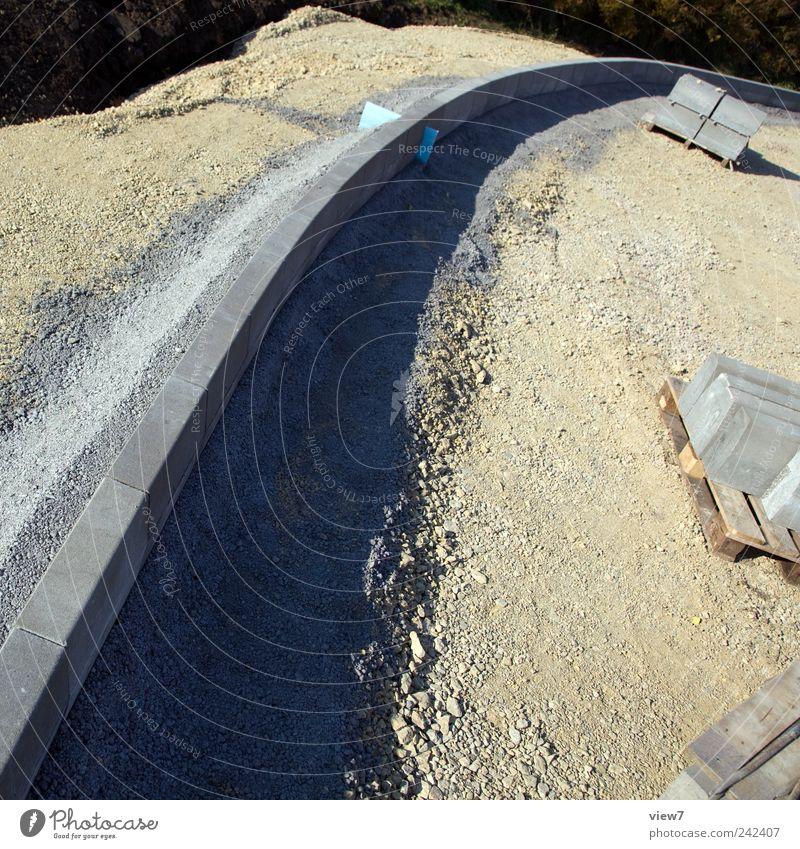 Rechtskurve Straße grau Stein braun planen Beton Beginn Verkehr frisch neu authentisch einfach Baustelle machen Handwerk Kurve