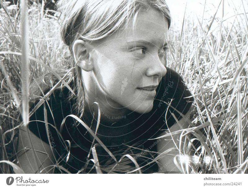sue_im_feld Frau Jugendliche weiß schwarz grau Feld