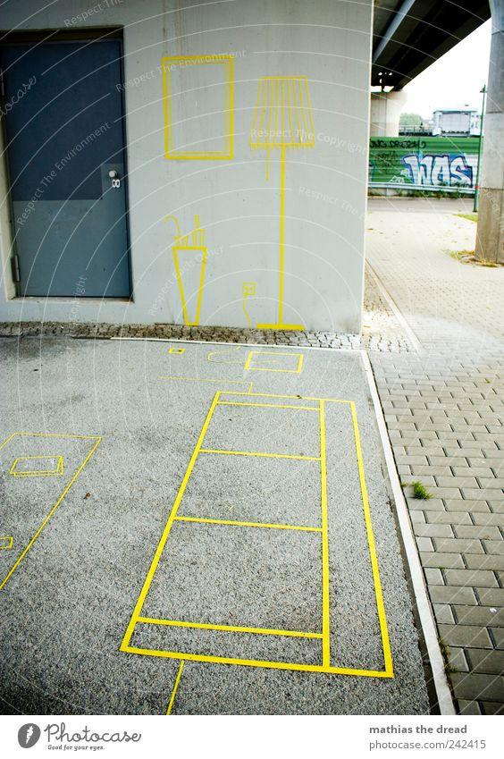URBANE WOHNZIMMERECKE Menschenleer Platz Mauer Wand Tür authentisch außergewöhnlich eckig einzigartig trashig gelb Sofa Tisch Stehlampe Regenschirmständer Bild