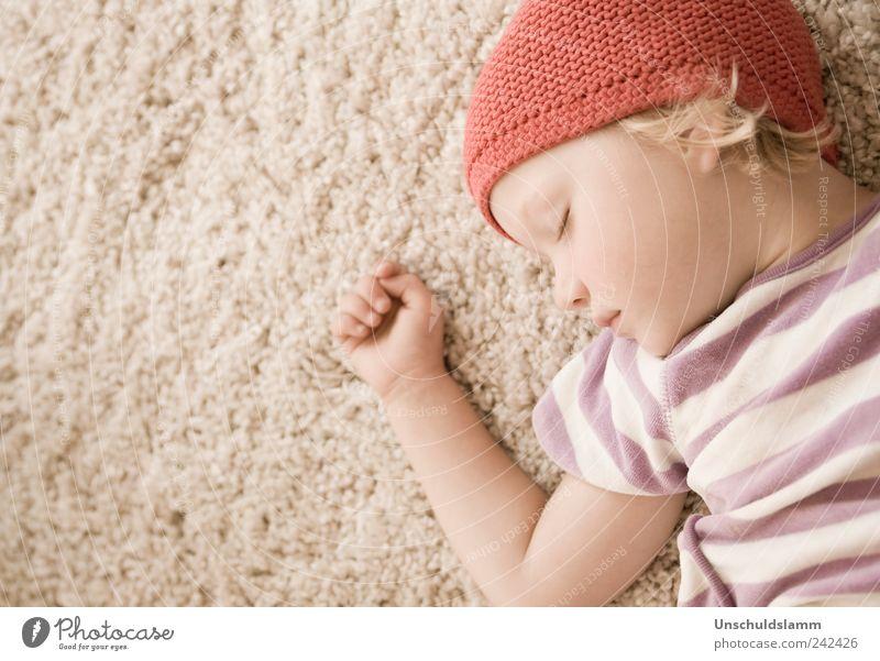 Rotkäppchens Traum Mensch Kind rot Mädchen ruhig Gesicht Erholung Gefühle klein träumen hell Kindheit Zufriedenheit Wohnung Arme natürlich