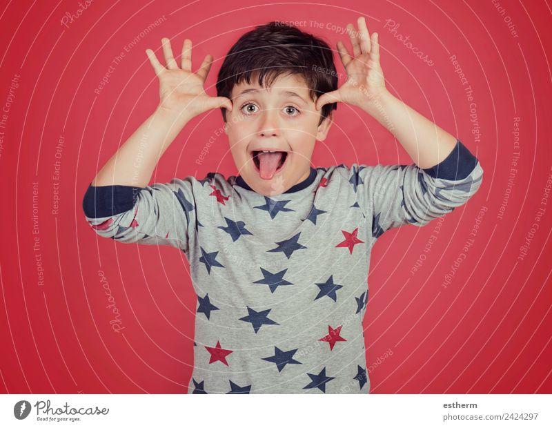 lustiges Kind zeigt seine Zunge heraus Lifestyle Freude Spielen Mensch maskulin Kleinkind Junge Kindheit 1 8-13 Jahre Fitness Lächeln Coolness Fröhlichkeit