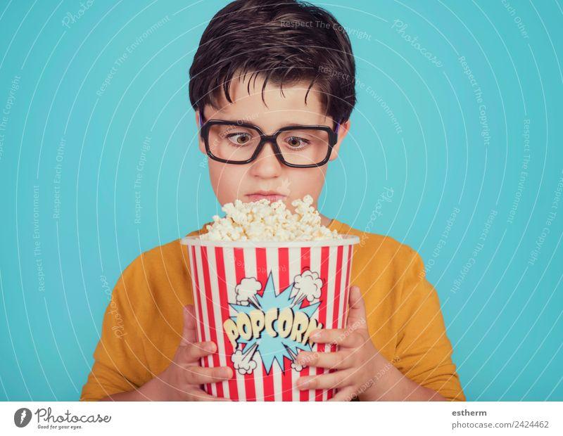 kleiner Junge Kind mit Popcorn auf blauem Hintergrund Lebensmittel Ernährung Essen Fastfood Lifestyle Freizeit & Hobby Mensch maskulin Kleinkind Kindheit 1
