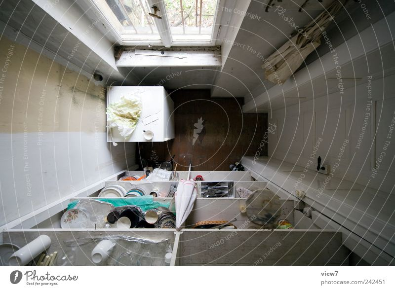 Abstellkammer alt Einsamkeit Wand Fenster oben grau Mauer Linie Tür Raum Wohnung Ordnung authentisch Häusliches Leben einfach Vergänglichkeit
