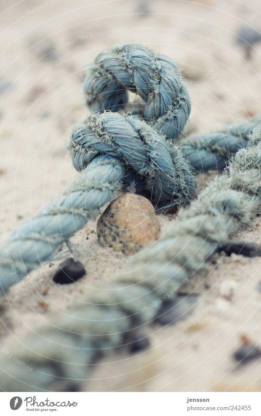 Seemannsgarn Umwelt Natur Sand Strand Knoten alt dreckig blau Seil Schifffahrt Erinnerung erinnern Fischereiwirtschaft finden Strandgut Fundstück Farbfoto