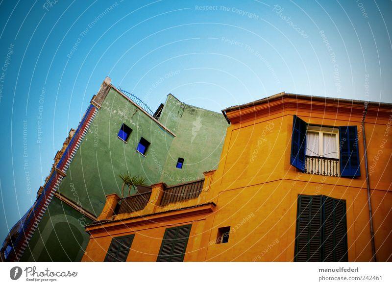 colorful living I Himmel Sommer Pflanze Palme Stadt Hauptstadt Stadtzentrum Haus Bauwerk Gebäude Architektur Fensterladen Dachterrasse Mauer Wand Fassade Balkon