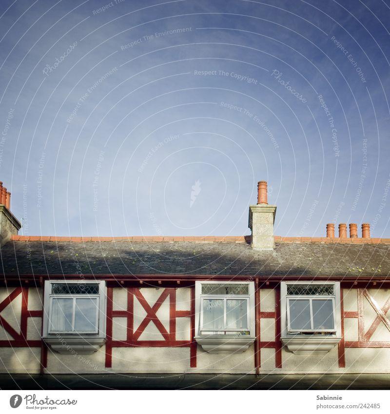 Kreuz und Quer alt blau rot Haus Fenster Wand Leben Architektur Gebäude Mauer Fassade Häusliches Leben authentisch ästhetisch Dach Dorf