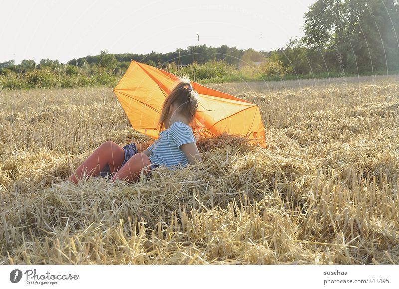 gegenlichtstrohmädchenfoto Mensch Kind Himmel Natur Mädchen Sommer Freude Landschaft Haare & Frisuren Kindheit Feld sitzen Klima Regenschirm Landwirtschaft Schönes Wetter