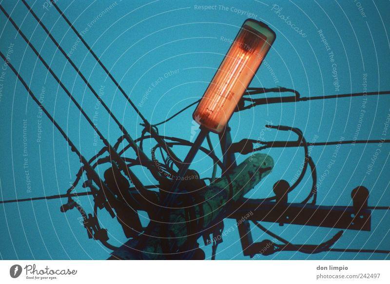 straßenbeleuchtung Himmel Baum blau hell hoch Energiewirtschaft Elektrizität Netzwerk Kabel Warmherzigkeit analog leuchten Straßenbeleuchtung Vernetzung glühen