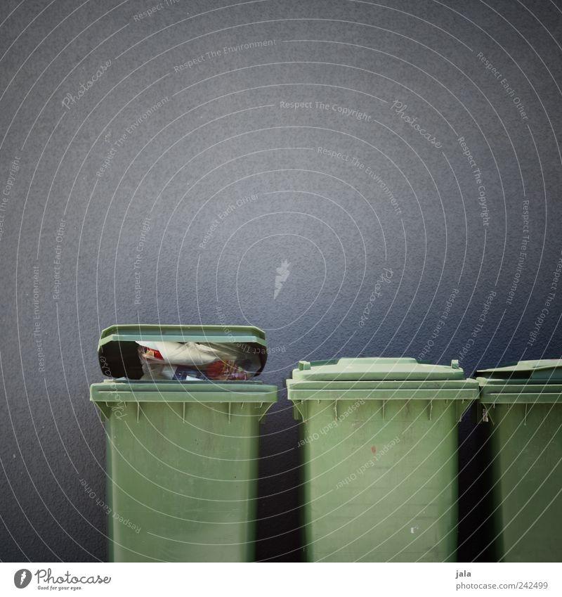 trash Mauer Wand Fassade Müll Müllbehälter einfach grau grün Farbfoto Außenaufnahme Menschenleer Textfreiraum links Textfreiraum rechts Textfreiraum oben