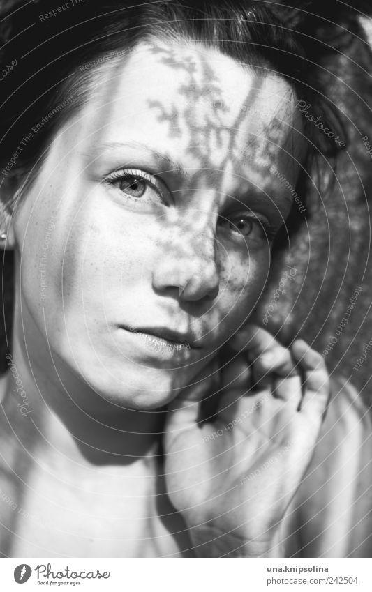 schattiert Frau Mensch Jugendliche schön Gesicht Blatt feminin Erwachsene liegen natürlich berühren leuchten Junge Frau 18-30 Jahre