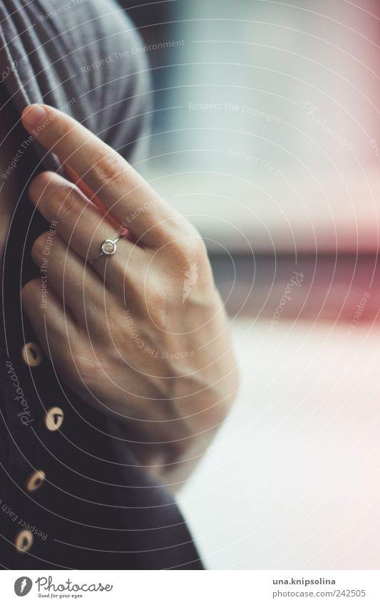 -o- elegant Design feminin Frau Erwachsene Hand Finger 1 Mensch Accessoire Schmuck Ring berühren einfach Platin Bergkristall Knöpfe anhaben Farbfoto