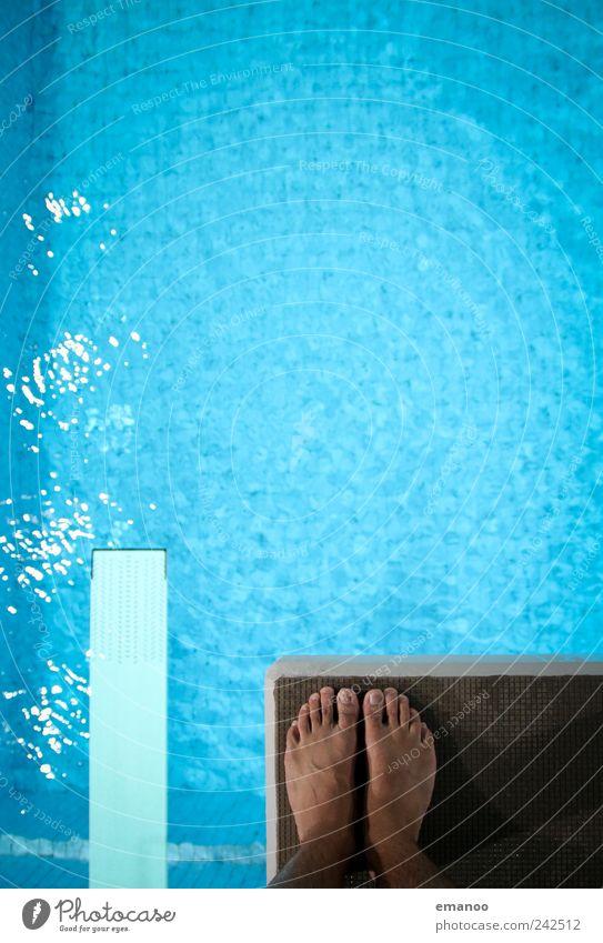 tiefgründig Schwimmen & Baden Sport Wassersport Sportler Schwimmbad maskulin Fuß fliegen springen stehen bedrohlich hoch kalt nass blau Gefühle Mut Angst