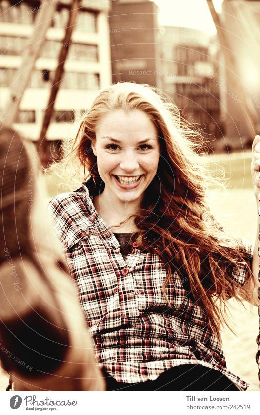 swing! Haus Hemd Stiefel Haare & Frisuren brünett langhaarig Bewegung fliegen Lächeln leuchten toben feminin braun rot weiß Gefühle Freude Glück Fröhlichkeit