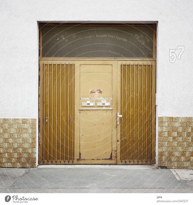 57 Bauwerk Gebäude Mauer Wand Fassade Tür Wege & Pfade Ziffern & Zahlen gelb gold grau weiß Eingang Eingangstür Briefkasten Hausnummer Farbfoto Außenaufnahme