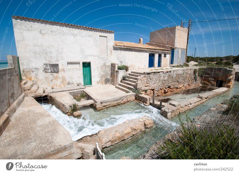 Ferienhaus mit Whirlpoolanlage Wolkenloser Himmel Sommer Schönes Wetter alt authentisch nass blau grün weiß Bewegung Tradition Umwelt Pumpe Gebäude Wasser