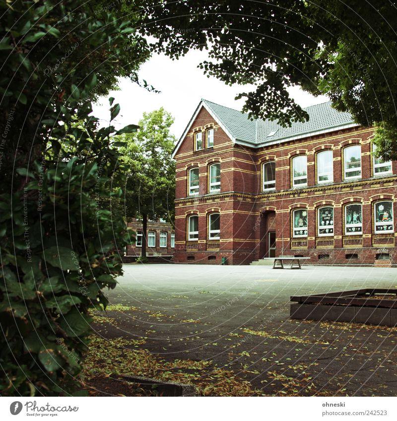 Noch eine Woche... Haus Architektur Schule Gebäude Schulgebäude Bildung Bauwerk Kindererziehung Schulhof