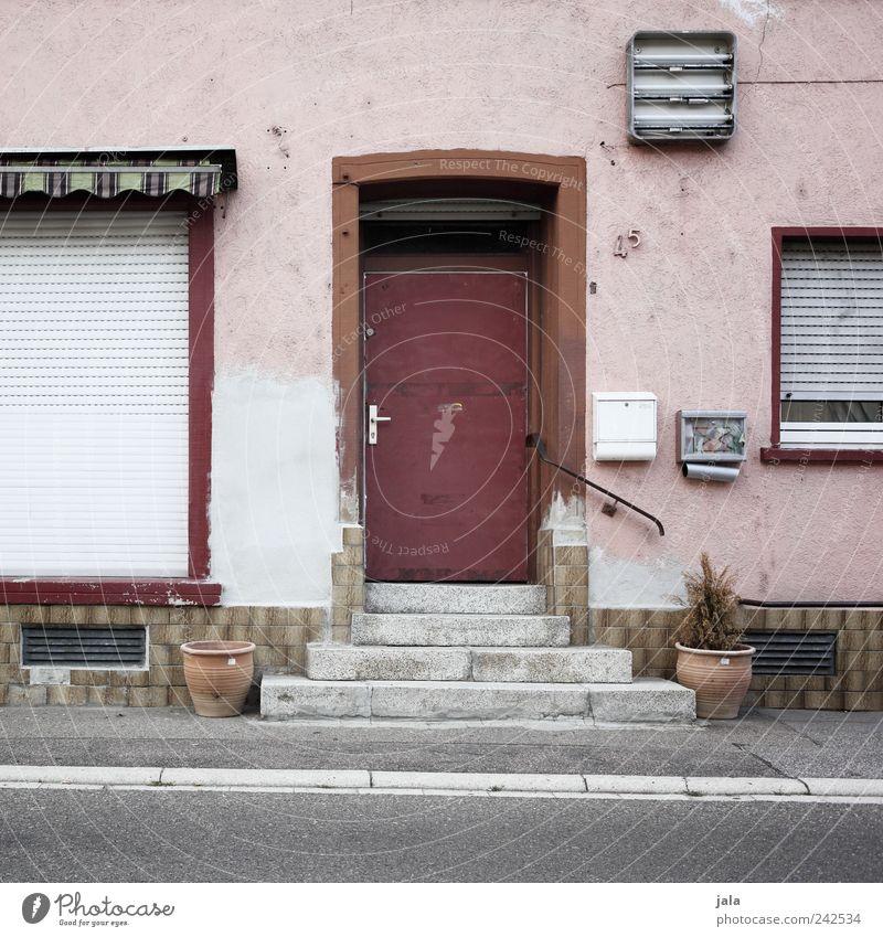 45 Haus Bauwerk Gebäude Architektur Treppe Fassade Fenster Tür Briefkasten Straße Wege & Pfade trist grau rosa rot Rollladen Farbfoto Außenaufnahme Menschenleer