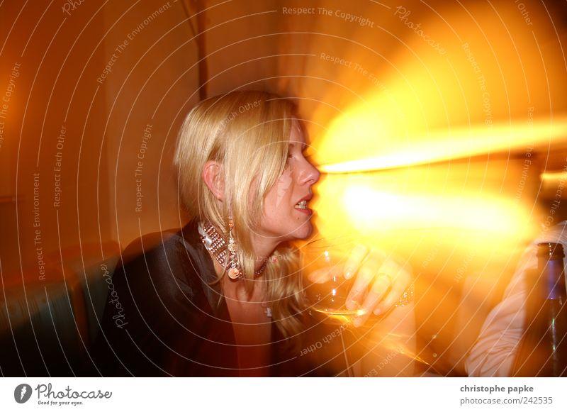Weintrinken Light Mensch Jugendliche Freude sprechen feminin hell Feste & Feiern trinken Disco Bar Club Restaurant Reichtum Lounge Nachtleben