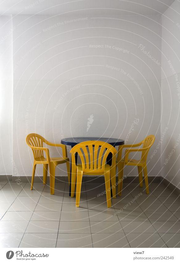 einfach blau Einsamkeit Ferne gelb Farbe Wand Mauer Linie Design Beton Tisch frisch Ordnung trist Stuhl authentisch