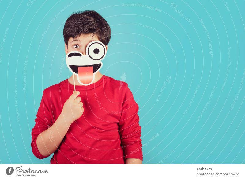 Lustiges und lächelndes Kind auf blauem Hintergrund Lifestyle Freude Spielen Feste & Feiern Karneval Jahrmarkt Geburtstag Mensch maskulin Kleinkind Junge