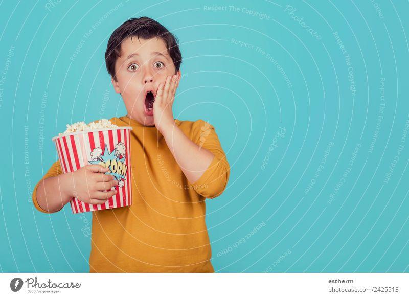 überraschter Junge mit Popcorn Lebensmittel Ernährung Essen Fastfood Lifestyle Freude Freizeit & Hobby Mensch maskulin Kind Kleinkind Kindheit 1 8-13 Jahre