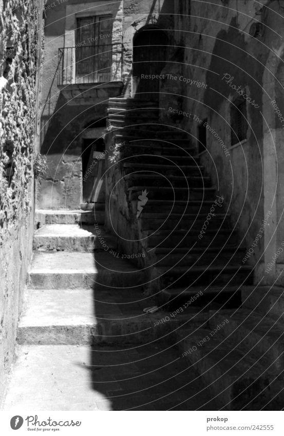 Treppenüberschuss Kleinstadt Menschenleer Bauwerk Gebäude Architektur Balkon Fenster Tür ästhetisch eckig historisch kaputt Romantik Nostalgie Vergänglichkeit
