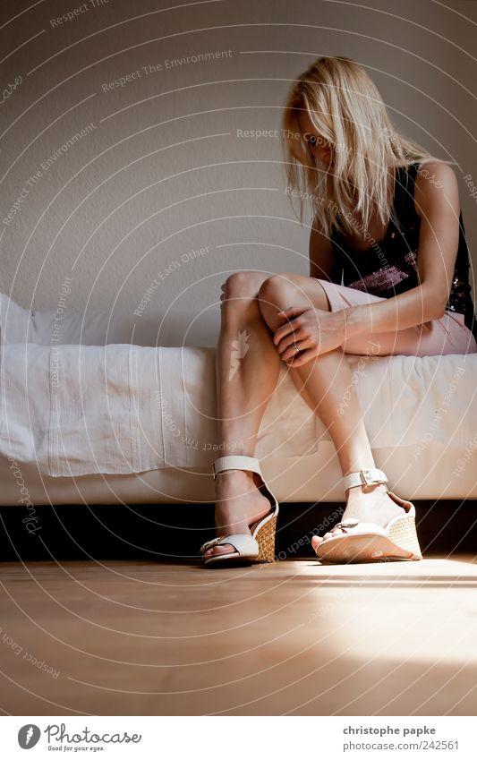 Wo Licht ist, ist auch Schatten Häusliches Leben Wohnung feminin Junge Frau Jugendliche 1 Mensch 18-30 Jahre Erwachsene Damenschuhe sitzen Traurigkeit träumen