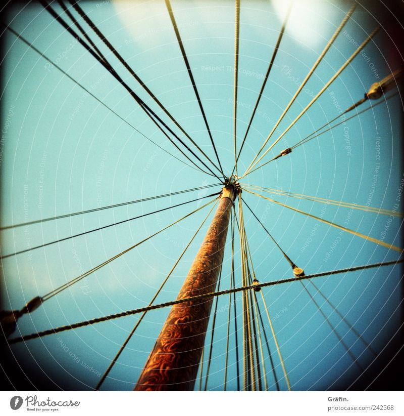 Verstrickt Himmel blau Holz Wasserfahrzeug braun Seil Netzwerk chaotisch Zusammenhalt Tradition durcheinander Segelboot Teamwork Mast Vignettierung