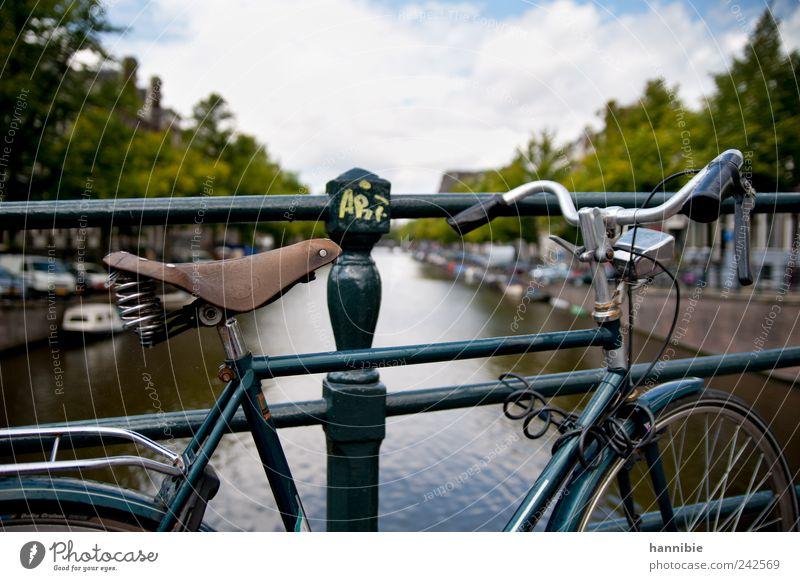ART Fahrrad Altstadt Brücke Personenverkehr Bootsfahrt Motorboot stehen warten alt blau grün schwarz silber Amsterdam Hollandrad Brückengeländer Fahrradsattel