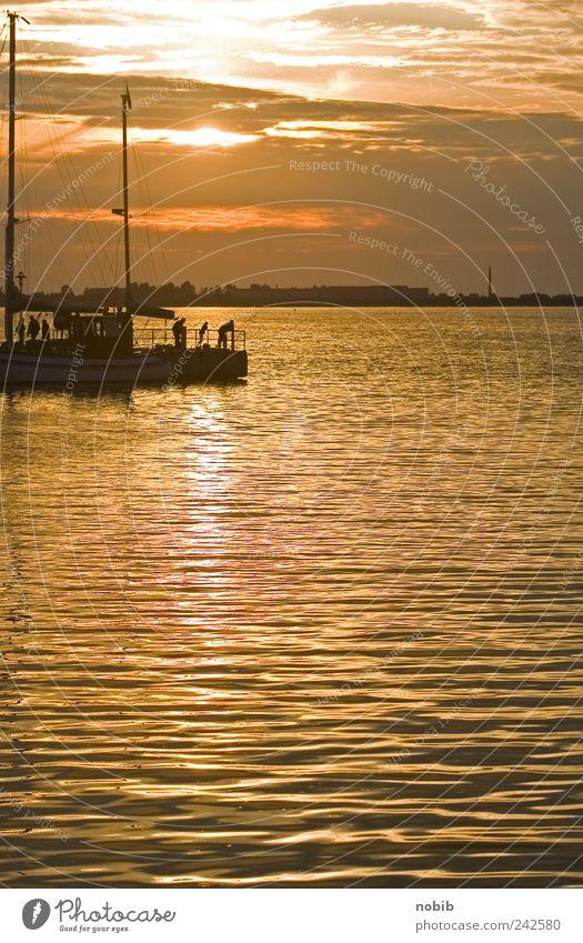 Bootsanleger Wasser Sommer Wolken Ferne grau orange Küste gold Horizont Hoffnung Insel stehen Hafen leuchten Bucht Schifffahrt