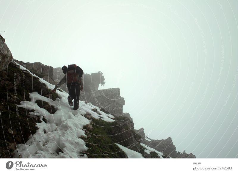 Von allen Touristen verlassen Freiheit Expedition Berge u. Gebirge wandern 1 Mensch Himmel Wolken Herbst schlechtes Wetter Nebel Schnee Felsen Alpen