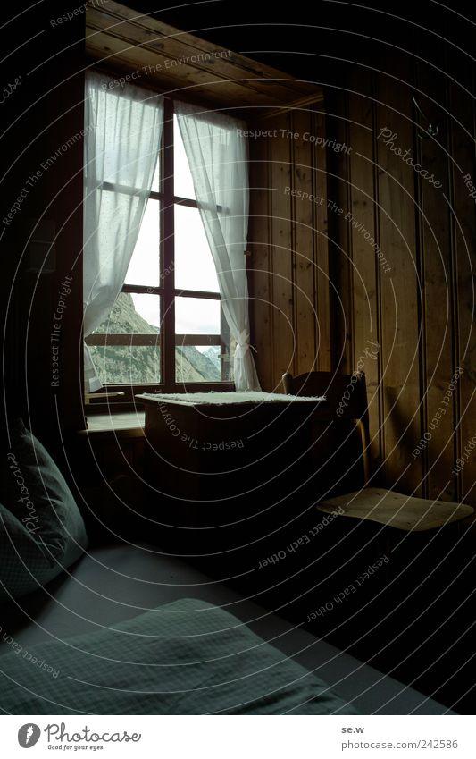 Hüttenromantik Alpen Berge u. Gebirge Kalkalpen Fenster Gardine Bett Bettdecke Bettwäsche Kopfkissen Stuhl Schrank Kleiderhaken Holzwand wandern Klischee braun