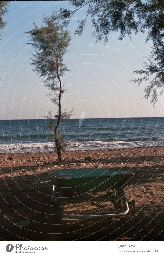 Platz am Meer Baum Sommer Ferien & Urlaub & Reisen Strand Erholung Küste Horizont liegen Tourismus Pause Sträucher Liege Sonnenbad Fernweh Sommerurlaub