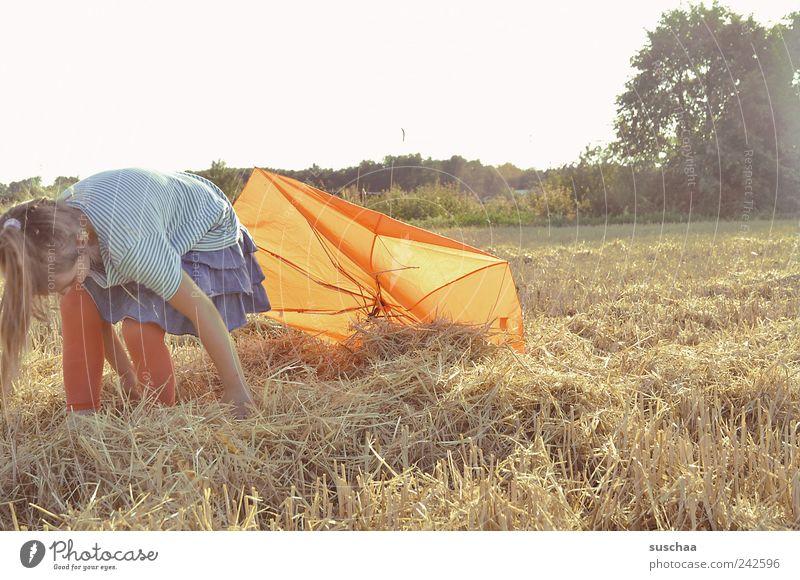 gegenlichtstrohmädchen II Kind Mädchen Kindheit 1 Mensch 3-8 Jahre Natur Landschaft Himmel Sommer Schönes Wetter Feld Freude Lebensfreude Landwirtschaft Stroh