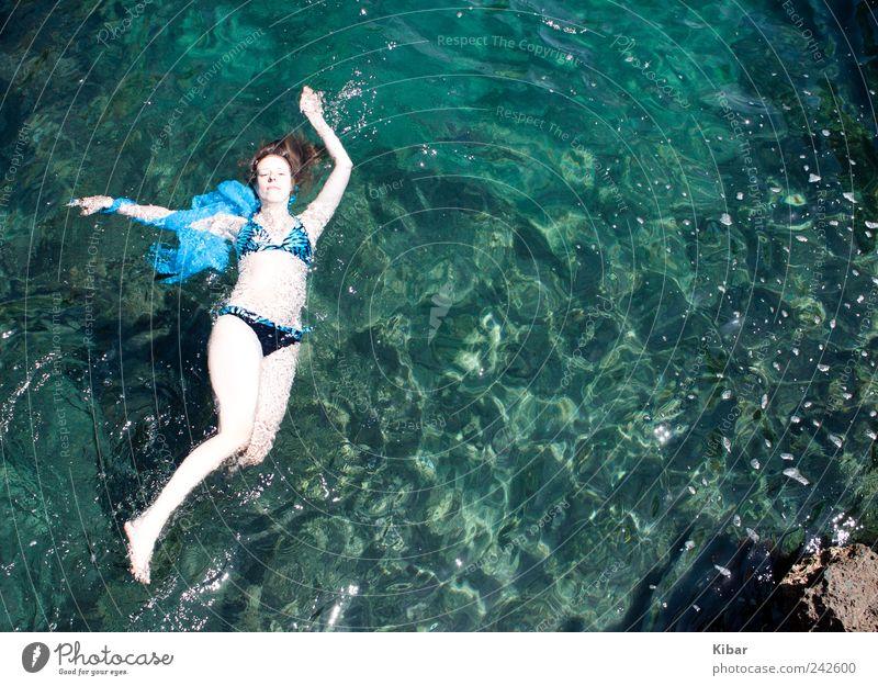 Wassernixe Frau Mensch Natur Jugendliche Wasser schön Sommer Ferien & Urlaub & Reisen Meer Einsamkeit feminin Freiheit Erwachsene träumen Wellen blond