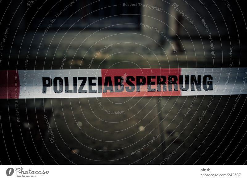 Polizeiabsperrung Straße Fußgänger Abspeerband Kunststoff nah rot schwarz Gefühle Stimmung Sicherheit Schutz achtsam Angst gefährlich Verzweiflung Kriminalität