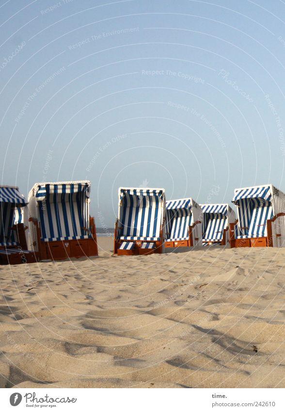 Spiekeroog | Warten auf Kundschaft Mensch Himmel weiß blau Sommer Strand Ferien & Urlaub & Reisen Erholung Küste sitzen Tourismus dünn Streifen Wohlgefühl Strandkorb