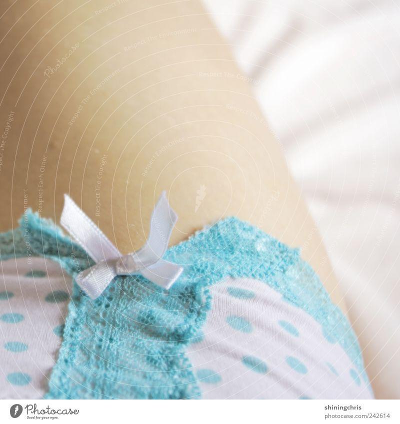 hello.. Mensch schön ruhig Erwachsene Erholung feminin Beine natürlich liegen Romantik zart 18-30 Jahre Wohlgefühl Leichtigkeit Spitze Junge Frau