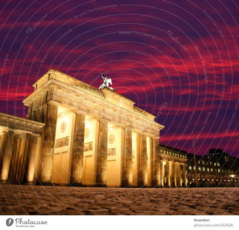 Abendstimmung am Brandenburger Tor in Berlin schön Himmel Baum Stadt rot Haus Wolken Gefühle Gebäude Stimmung Architektur Deutschland rosa Platz