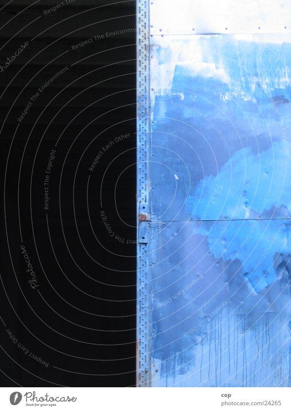 dark side Eingang dunkel Industrie Tür Lagerhalle blau Kontrast