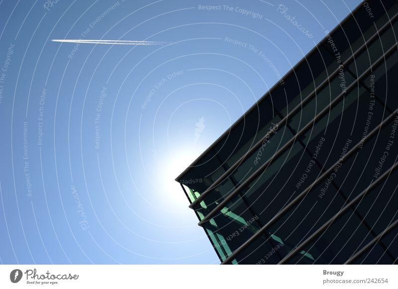 Ecke eines modernen Gebäudes mit Sonne und Flugzeug Himmel blau weiß schwarz Haus Architektur Kunst Kraft Fassade groß Luftverkehr