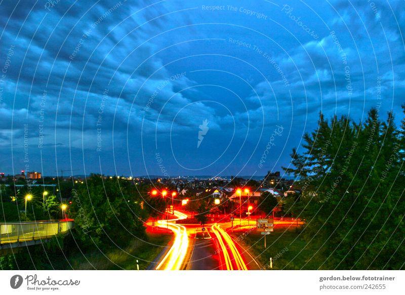 Puls der Nacht Himmel Stadt blau rot Ferien & Urlaub & Reisen Wolken Straße Farbe dunkel PKW Regen Zufriedenheit Straßenverkehr Energie Verkehr fahren