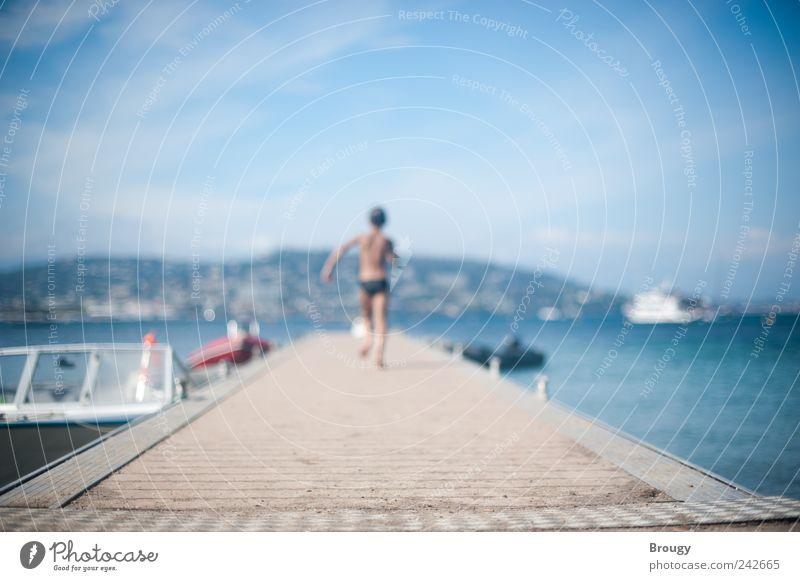 Kleiner Junge rennt einen Steg entlang, Mittelmeer Mensch Kind Ferien & Urlaub & Reisen Meer Strand Wolken Ferne Berge u. Gebirge Junge Küste Kindheit Ausflug Schwimmen & Baden frei rennen