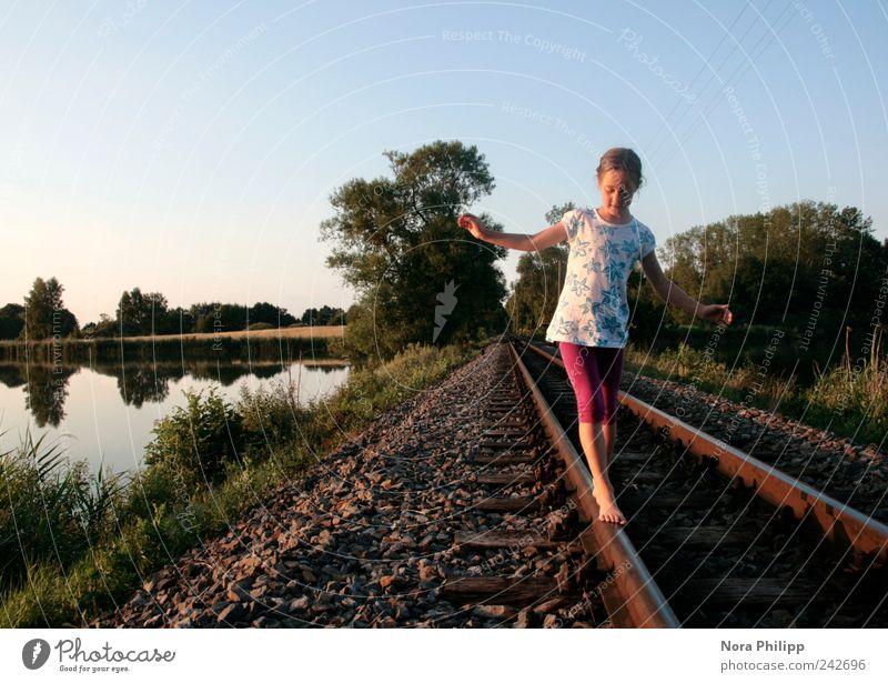 Balance oder (100!) Mensch Kind Natur Baum Mädchen Sommer Ferne feminin Umwelt Spielen Landschaft Freiheit Gras Kindheit Ausflug Abenteuer