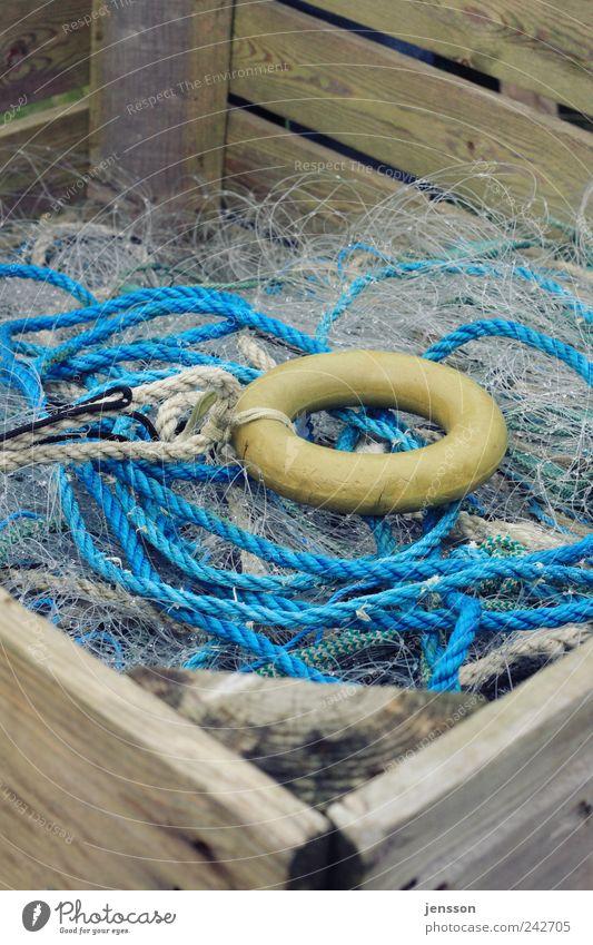 Der Ring Arbeitsplatz Kunststoff Knoten Netz blau gelb chaotisch durcheinander Seil Schnur Kreis Fischernetz Fischereiwirtschaft Kiste Holz Holzkiste