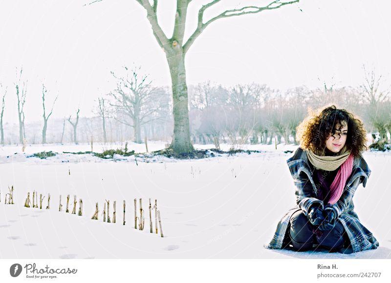 Mensch Jugendliche Baum Winter Schnee Landschaft Haare & Frisuren Erwachsene Denken Feld Eis Frost Jeanshose Locken frieren Schönes Wetter